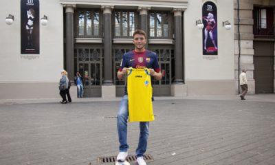 Ilie Sánchez, amb les samarretes dels seus dos equips de l'ànima: el Barça i l'APA-Poble-sec. / Alessia Bombaci