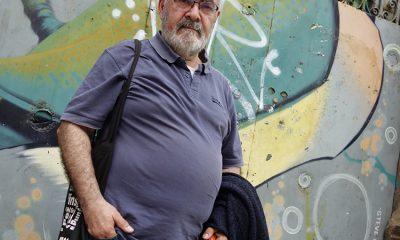 Jordi Goñi davant una de les primeres portes que es van pintar al Poble-sec / DGM